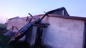 Pożar w Tarnówce. Spalił się dach budynku gospodarczego