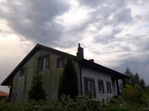 Krajobraz po burzy. Piorun uderzył w komin domu w Benignowie