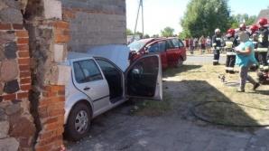 Groźny wypadek w Różannej. Samochody wjechały w budynek