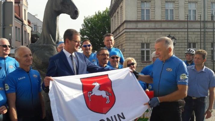 """""""Niebiescy"""" na rowerach jadą z Konina do Konina przez Konin"""
