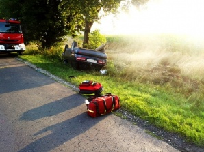 Wypadek w Wierzbnie. Kierowca zjechał z drogi i dachował w rowie