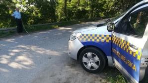 Regulują ruch samochodów przed ośrodkiem w Gosławicach