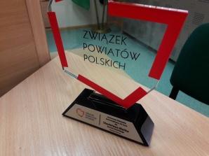 """Stanisław Bielik ze statuetką i tytułem """"Samorządowca 20-lecia"""""""