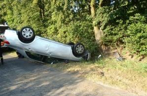 Wypadek w Powidzu. Stracił panowanie na autem i dachował