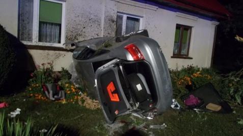 Kozarzew. Samochód wypadł z drogi, uderzył w barierki i ścianę