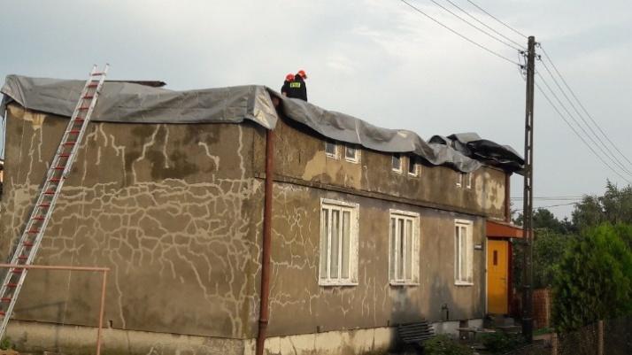 Konin. Zerwany dach w budynku mieszkalnym przy Świętojańskiej