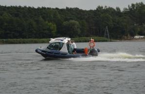 Konińscy policjanci patrolują jeziora. Pomagają i pilnują porządku