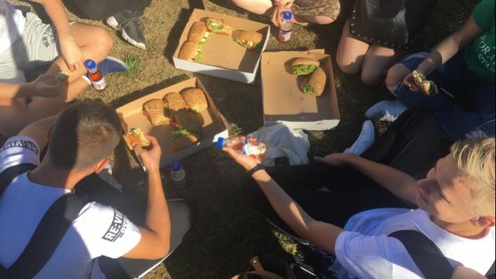 Klasa rządzi, czyli śniadanie integracyjne na szkolnym boisku I LO