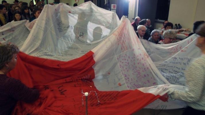 Bili rekord w Grzegorzewie. Uszyli ponad 44 metrową flagę Polski
