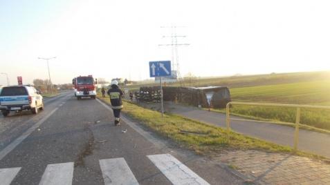 Samochód ciężarowy przewrócił się na bok