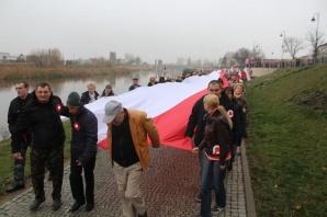 Konin. Stumetrowa biało - czerwona flaga rozwinięta na bulwarze