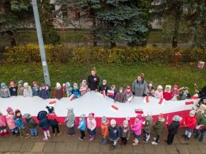 Koło. Przedszkolaki rozwinęły kilkunastometrową flagę Polski