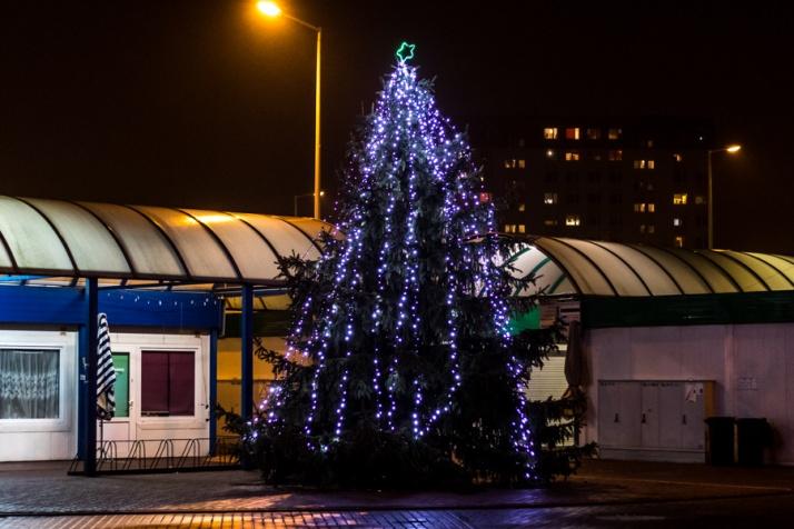 Świątecznie na ulicach w Koninie. Choinki i ozdoby już się świecą