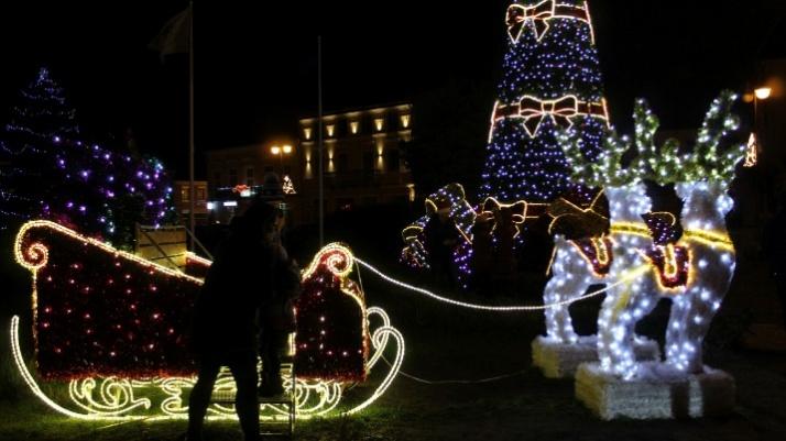 Świecące ozdoby na rynku. W Turku można poczuć magię świąt!