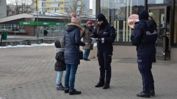 Konin. Policjanci radzili przechodniom przed feriami. Kilka porad