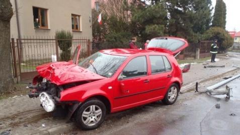Słupca. Wypadek na ul. Dworcowej. Samochód uderzył w lampę