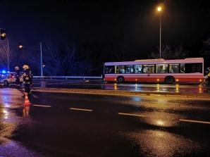 Utrudnienia na skrzyżowaniu. Zderzenie dwóch aut i autobusu
