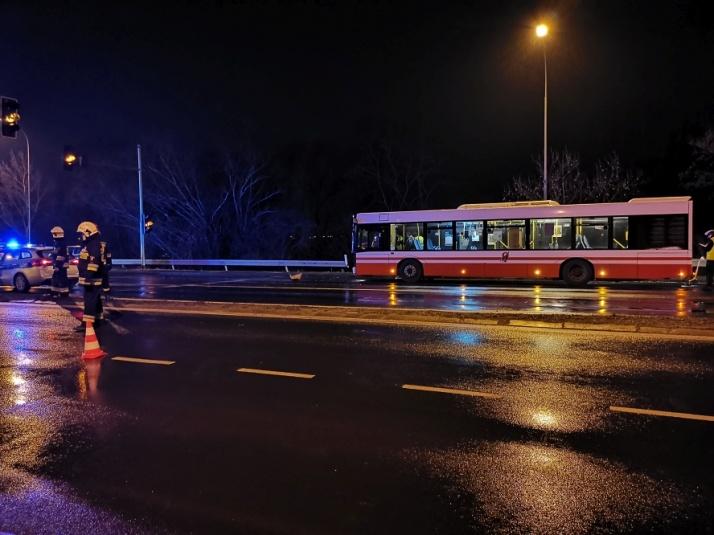 Wypadek na skrzyżowaniu. Autobus MZK uderzył w peugeota