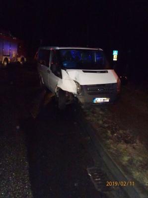 Auto osobowe zderzyło się busem. Jechało nim dziewięć osób