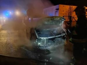Nocny pożar samochodu marki VW w miejscowości Chmielnik