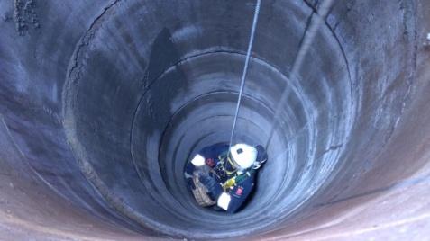 Mały pies w głębokiej studni. Strażacy wyciągnęli czworonoga