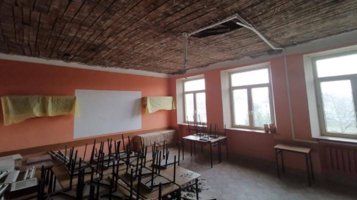 Konin. W jednej z klas I LO spadł sufit. Na remont czeka dach szkoły