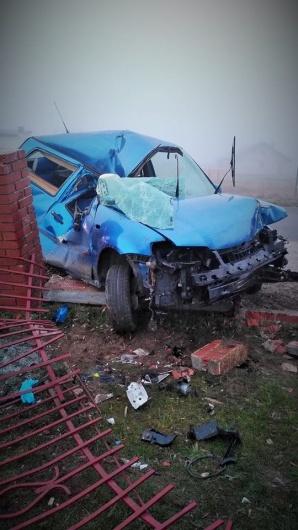 Wypadek na drodze Golina - Kazimierz Biskupi. Auto na płocie