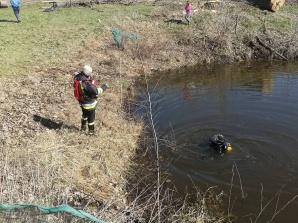 Wypadek w Pąchowie. Strażacy wyciągali ze stawu ciągnik rolniczy