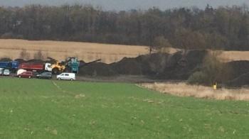 Rozsypują ziemię z remontu torów. Wójt Kramska podjął działania