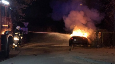 Adamów. Sportowy samochód spłonął niedaleko stacji kolejowej