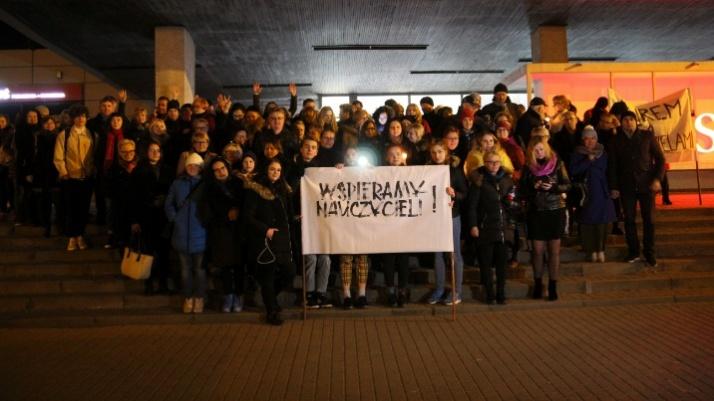 Murem za nauczycielami! W Koninie wspierają strajkujących