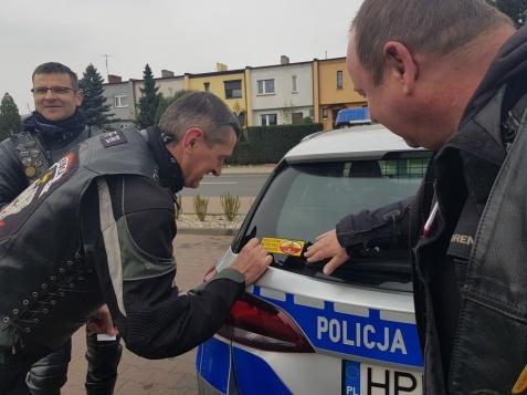 Słupca. Motocykliści z policjantami rozdawali kierowcom naklejki