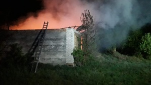 Kazubek. 6 godzin trwało gaszenie pożaru budynku gospodarczego