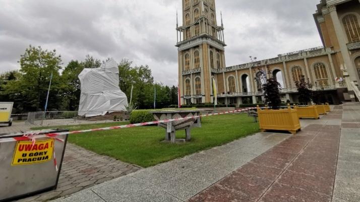 Licheński pomnik zasłonięty. Księża marianie zadecydują co dalej