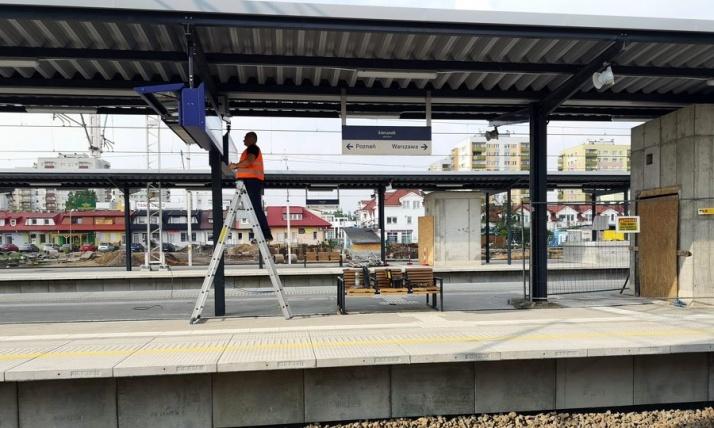 Wraca pociąg do Warszawy, ale na wiadukt i dworzec poczekamy