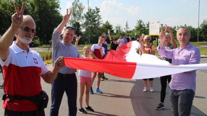 Konin. Biegli przez miasto z 30-metrową biało-czerwoną flagą