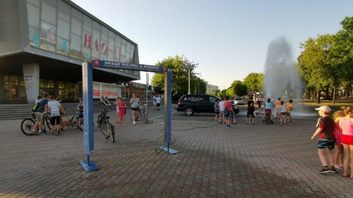 Konin. Fontanna w centrum miasta. To tylko uszkodzony hydrant