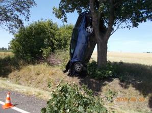 Jaroszewice Grodzieckie. Zjechał z drogi i zatrzymał się na drzewie
