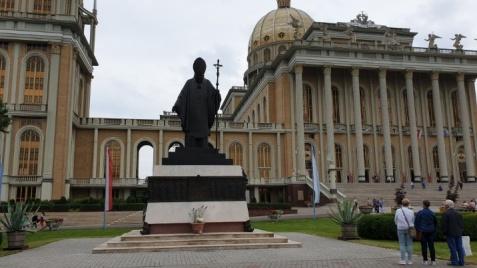 Licheń. Przed bazylikę wrócił pomnik, ale bez ks. E. Makulskiego