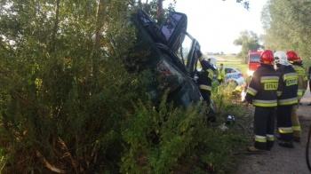 Ladek. Samochód wyleciał z drogi i zatrzymał się na drzewie