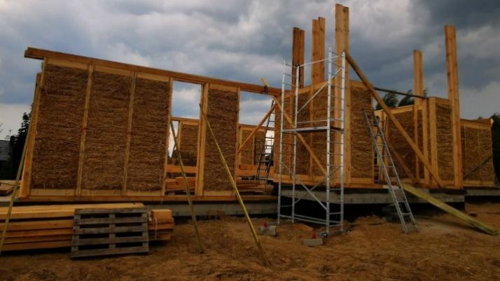 Rudzica. Budują pierwszy w okolicy naturalny dom ze słomy