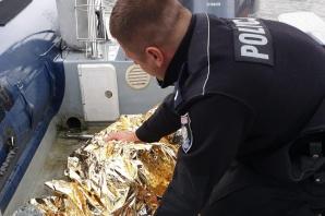 Podczas patrolu policjanci uratowali na jeziorze rannego łabędzia
