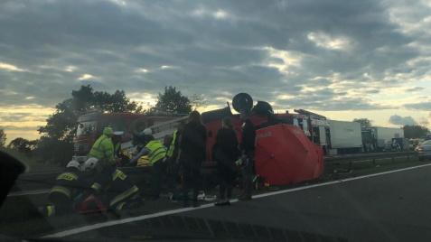 Wypadek na autostradzie. Dostawczy uderzył w obsługę A2