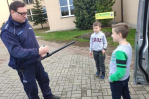 Ślesin. Dzieci i młodzież na spotkaniu z policjantem dzielnicowym