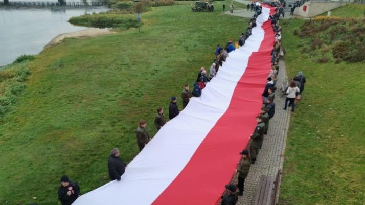 Konin. Biało-czerwona flaga na bulwarze dla uczczenia Niepodległej
