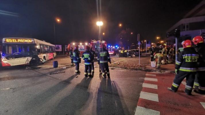 Konin. Zderzenie samochodu z autobusem. Jedna osoba ranna