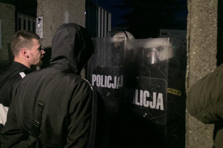 Zamieszki pod komendą, zablokowana ulica, interweniowała policja