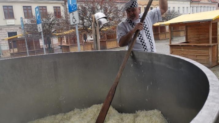 Przygotowania do jarmarku w Koninie. Powstaje świąteczny bigos
