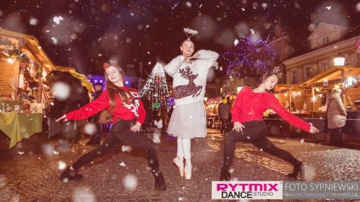 """Konin. Tancerki """"Rytmix-u"""" w świątecznym klimacie na rynku"""