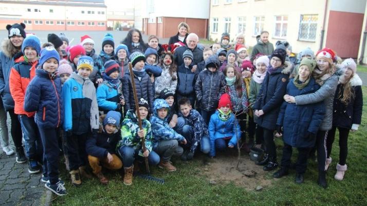 Konin. Uczniowie SP9 sadzili drzewa wspólnie z Leszkiem Millerem